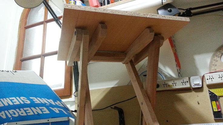 Mesa plegable de madera  Bueno gente con el objetivo de probar mi nueva ingletadora DeWalt me decidi este finde largo de hacer una mesa plegable para cuando voy de pesca. Tenia que ser resistente y pesada, para aguantar algo de viento. Y obviamente contruida con pallets. Debo agregar que los pallets esta vez le di con un cepillo electrico como para enmparejarlos un poco, lo cual cuesta bastante, aun asi algunas patas no me quedaron muy derechas que digamos.