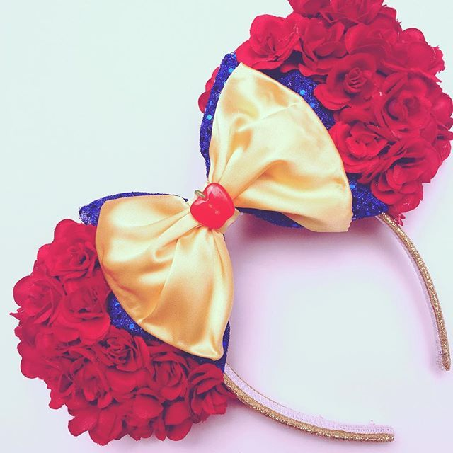 """🎶That Snow White❤️💛💙 She did right...In her life Had 7 men to do the chores 'Cause that's not what a lady's for.""""🎶😉💁🏻✌🏻️ I'm only mildly obsessed with this song and of course when I hear snow whites in it, it's even better 😍! Showing some love today to my Snow Floral ears and the humor in this song! Ears are in my etsy shop now!☺️ #snowwhite #princess #snow #sitstilllookpretty #bealady #minnieears #magicallymadeears #floralears #handmadeears #disneyworld #disneyland #waltdisney…"""