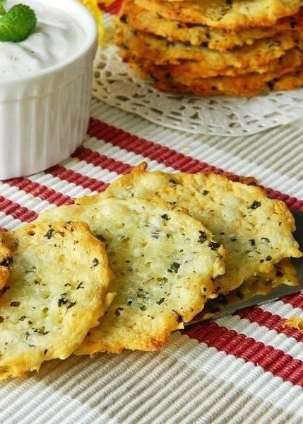Хрустящие сырные крекеры Хрустящие сырные крекеры! 10 минут - 2 ингредиента!  Ингредиенты: 100 г Гауда 100 г полутвердого сыра типа Эмментал...