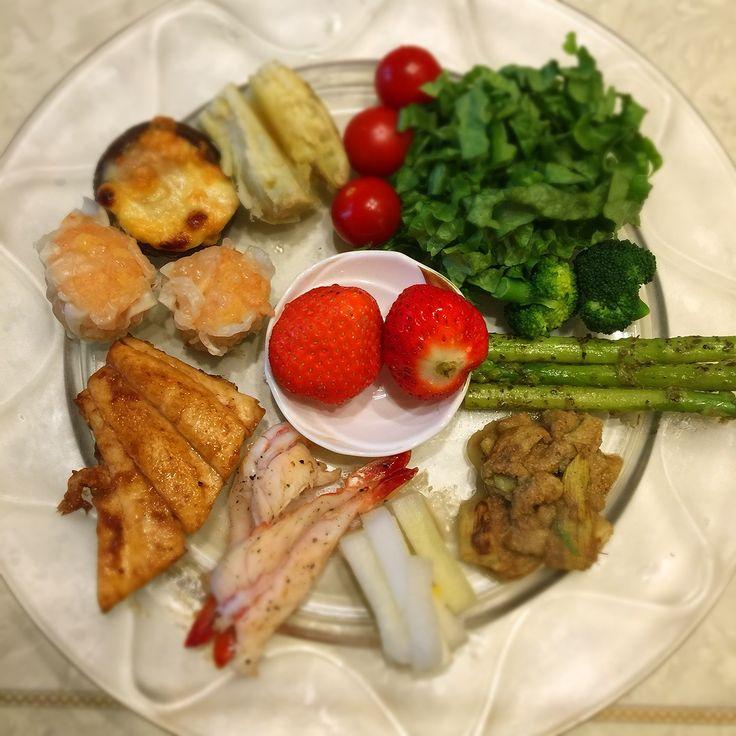 """Dr. Yumi Nishiyama's """"The Original Diet Plate"""" for beauty & health from japanese doctor‼️  Clockwise eating healthy foods from 12 o'clock on a large plate❣️  2017年2月2日の「ドクターにしやま由美式時計回り食べダイエットプレート」:女性医師が栄養バランスを考えた、美味しいプレートのご紹介。  大きめのプレートに、血糖値を急激に上げないように考えた食材を並べ、12時の位置から順番に食べるとても分かり易い方法です。  血糖値を上げないこの食べ方は、身体に優しく栄養補給ができるので健康を維持できます。オリジナルの⭐️西山酵素⭐️も最後に飲みます。  にしやま由美東京銀座クリニック 東京都中央区銀座2-8-17 ハビウル銀座Ⅱ 9階 Tel.03-6228-7950"""