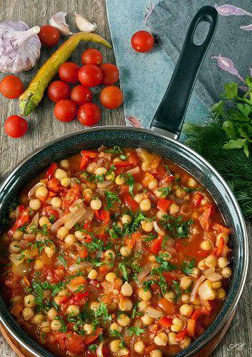 Ингредиенты: - 175 г нута; - 1 большая луковица; - 2 ст. л. оливкового масла; - 4 зубчика чеснока; - 4 болгарских сладких перца (разного цвета); - 1 острый перчик; - 1 банка томатов в собственном соку (400 г); - 1 ст. овощного бульона; - петрушка, укроп; - соль, сахар по вкусу. Приготовление: 1.…