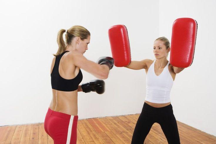 Los pros y los contras del boxeo. Empecemos por decir que el deporte del boxeo puede cambiar tu vida de varias maneras. El ejercicio que haces al practicar el boxeo plantea un desafío para todo tu cuerpo y puede producir diversos beneficios físicos y emocionales. No obstante, una vida de práctica ...