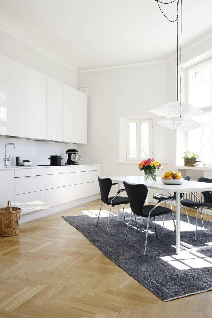 Ruokapöydän alla oleva satavuotias matto on ostettu Istanbulin Grand Basaarista. Se on värjätty ja höylätty. Taiteltuna se mahtui mukaan matkalaukkuun. Ruokapöytä on Formverkistä. Arne Jacobsenin tuolit ostettiin käytettynä antiikkiliikkeestä ja verhoiltiin uudelleen. Valaisimet ovat Ikeasta.
