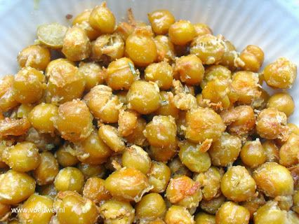 Met kikkererwten kan je de heerlijkste snacks maken. Bijvoorbeeld door ze in de oven te roosteren, op smaak gebracht met rozemarijn en Parmezaanse kaas.