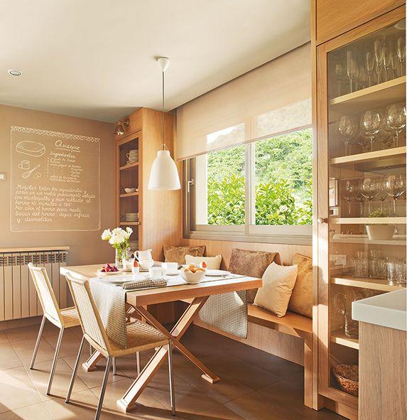 Dar protagonismo a la iluminación: siempre que sea posible, situar el office en la zona con mayor luz de la cocina. Si se dispone de luz natural, lo mejor es ubicarlo cerca de la ventana y, en caso contrario, es recomendable recurrir a una luz cenital central que sea cálida y mantenga una distancia mínima de 75 cm con la mesa.