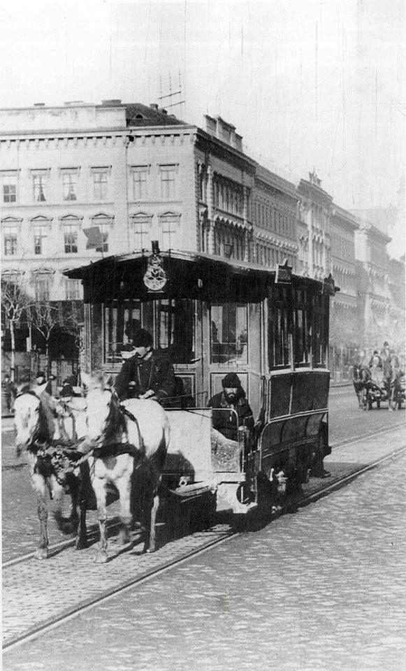 Váci körút  ma Bajcsy-Zsilinszky út. 1896. A lóvasút a Deák tér felé száguld.