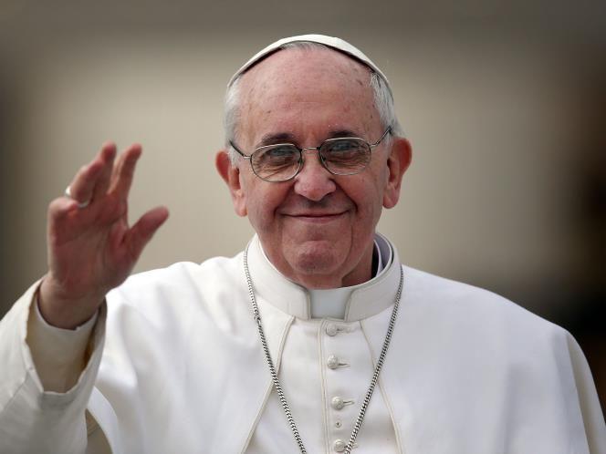 52 - El 13 de marzo de 2014 se cumple el primer aniversario del día en que el Cardenal José Mario Bergoglio se convirtió en el Papa Francisco, el líder espiritual y religioso de los 1,2 mil millones de católicos de todo el mundo. Desde que reemplazó al Papa Emérito Benedicto XVI, el Papa Francisco ha sido aplaudido por su forma más relajada de asumir el papado, además de por su enfoque compasivo, tierno y piadoso.