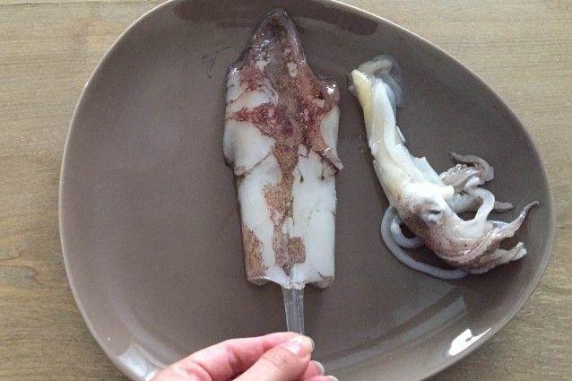 I calamari ripieni sono un secondo facile da preparare che può essere servito sia caldo che freddo. Li abbiamo preparati in padella, sia al sugo che in bianco, dando tante indicazioni su altri metodi di cottura e ingredienti da utilizzare per fantasiose varianti.