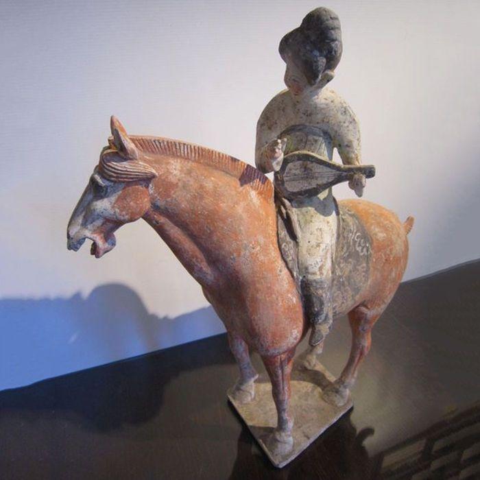 Ruiter spelen de pipa - Tang-periode - 47 cm  Paardrijden courtisane spelen de pipa (Chinese luth-achtig instrument)Terracotta met witte slip en resten van rood/oranje groene en zwarte polychromie.De rijder is het dragen van een groene jurk zwarte laarzen en een verfijnde broodje in de stijl van de Tang-dynastie.Het paard is nog steeds stabiel op zijn voeten in terracotta.Het gehele object is vrij groot 47 cm hoog.Geen restauratie aan het beste van mijn kennis.Tang-periode (618-906) die is…