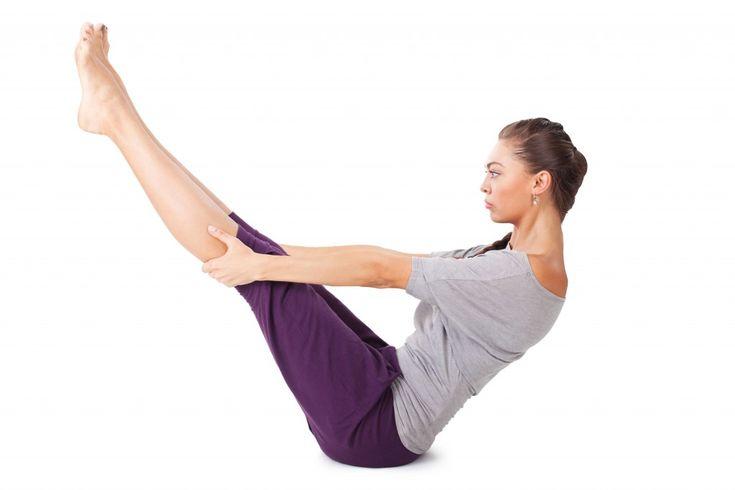 Молодая женщина делает упражнения йоги Полная лодка поза.  Изолированные на белом фоне