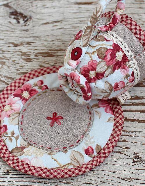 Usado para decorar chá de bebê, chá de fraldas, festas, batizados, decoração quartinho do bebê, topo de bolo, etc. Jogos de chá feito em patchwork,é uma doçura Foto de PatchworkPottery em Flickr fonte:Foto de PatchworkPottery em Flickr fonte:Foto de PatchworkPottery em Flickr fonte:https://br.pinterest.com/pin/412431278352082508/ fonte:http://www.craftsy.com/pattern/sewing/toy/mad-hatter-tea-set/46929 fonte:artesanatobrasil.net fonte:gislenearteira.blogspot.com créditos na foto…