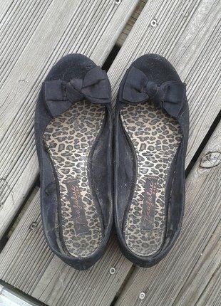 À vendre sur #vintedfrance ! http://www.vinted.fr/chaussures-femmes/ballerines-and-slippers/25130132-ballerines-noires-avec-noeuds