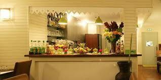 Restaurant île de la réunion, 96 Rue Daguerre  75014 Paris Découvrir une cuisine créole réunionnaise riche en saveur. Déguster de bons appéritifs maisons: punchs, rhums arranés... Se régaler d'entrées tel que les beignets de morue, samoussas, bouchons, boudin créole, achards delégumes... et des plats tels que le rougail morue ou de saucisse, civet de zourite (poulpe), canard à la vanille, cabri massalé... Parmi les desserts : gâteau de patate douce, banane flambée, mangue fraîche.