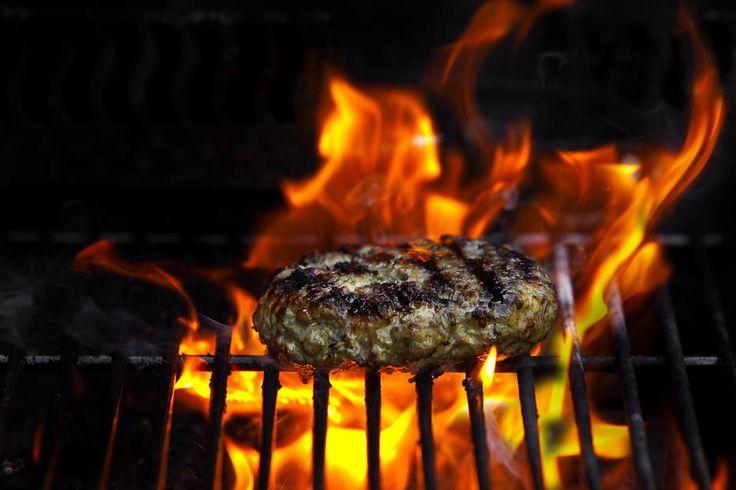 Fernando Tonelli/The New York Times - Hambúrguer asiático. Misture carne de porco moída com nabo ralado e shoyu. Cubra com pera grelhada fatiada