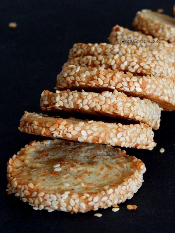 Αλμυρά μπισκότα με μπλε τυρί και παρμεζάνα.  http://laxtaristessyntages.blogspot.gr/2015/10/blue-cheese-and-parmesan-cookies.html
