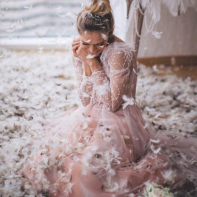 Два сказочных платья, пух и перья, море счастья и огромный торт — в свадебной фотоистории Веры Брежневой.