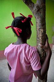Niños y niñas sin la atención de sus progenitores. Los niños y niñas huérfanos y vulnerables son aquellos que carecen de la protección más inmediata con que cuenta un niño: los progenitores. Entre los casos más comunes figuran los niños y niñas que, con carácter transitorio o permanente: