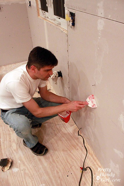 How to Finish Drywall {Spackling or Mudding Sheetrock Joints}