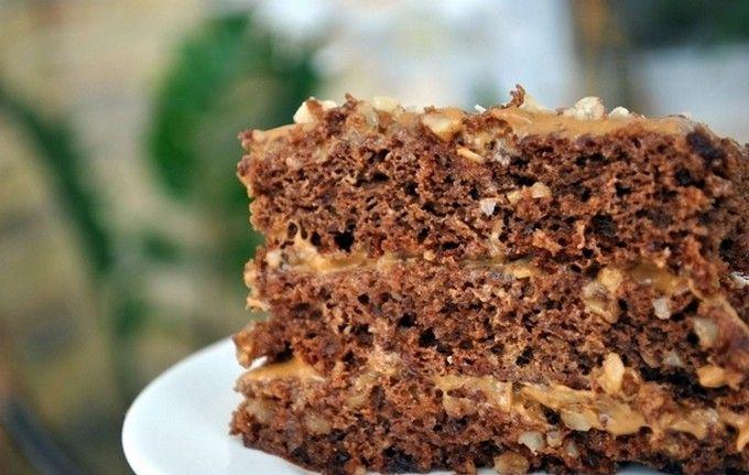 Торт Золотой ключик шоколадный бисквит с орехами, сливочно карамельный крем и орехи