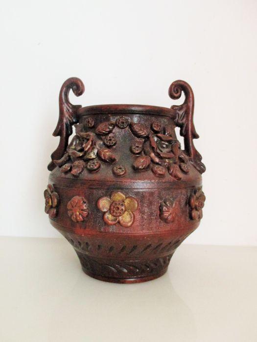 Handgemaakte S. Volti Deruta keramische pot/vaas met bloemen in reliëf  Zeldzame charmante Serafino Volpi pot/vaas gesigneerd en genummerd.Serafino Volpi was een belangrijke kracht bij de vaststelling van de 20e eeuw Deruta als één van Italië's meest belangrijke aardewerk productie centra waardoor het beroemde wereldwijd. Volpi was een schilder een ceramicst een zakenman en bovenal een van de meest innovatieve en gedurfde kunstenaar om te leven in een stad gevuld met enkele van de helderste…
