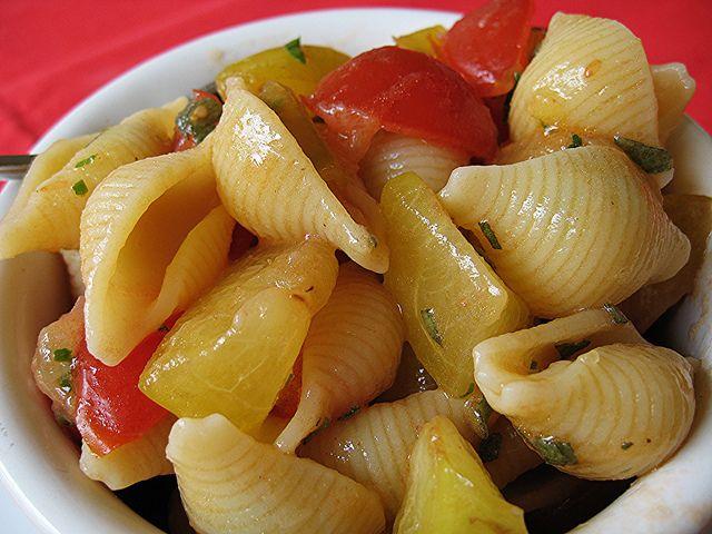 Conchiglie prugne e pomodorini. #ricetta di @elenafoodblog