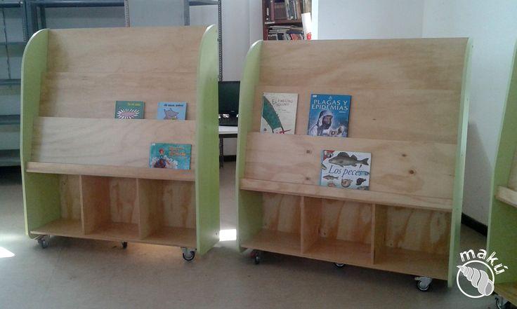 Biblioteca móvil, se exhiben los libros por la portada, 1ero a 6to básico.
