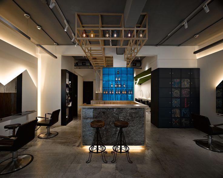 В центре Тайбэя расположен небольшой салон, который открыли четыре талантливых парикмахера. Авторы проекта, архитекторы студии YOMA DESIGN, постарались отразить в нём нестандартный подход стилистов PRIM4 к своему делу, соединив игру и креативность с опытом и талантом. Скромная площадь салона в 98...
