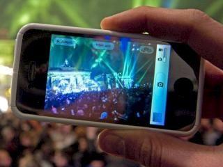 SMS, WhatsApp & Co an Silvester: So bereiten sich die Netzbetreiber vor -- Die Netzbetreiber bereiten sich auf den Jahreswechsel vor und sehen sich für den Telefon- und Datenverkehr zu Mitternacht gut aufgestellt. Wir zeigen, welche Maßnahmen die Anbieter ergriffen haben und welche Tipps sie geben, damit die Neujahrsgrüße pünktlich ankommen.