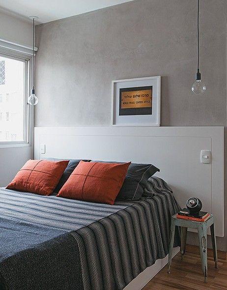 No quarto, faz falta uma luz junto ao criado-mudo, para leituras noturnas. A designer de interiores Daniela Berland instalou lâmpadas grande...