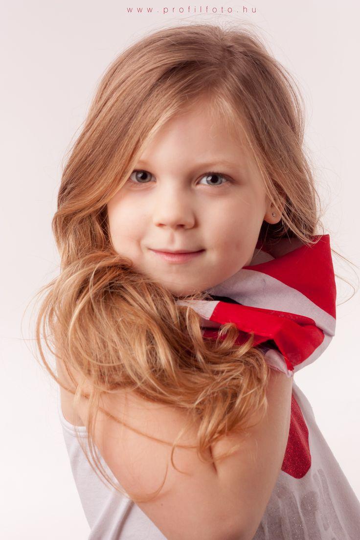 posing little lady - photo by Krisztina Máté - #girlphotography #posing #pose #littlelady