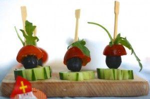 Bereidingswijze Even iets gezonds op tafel tijdens Pakjesavond? Dan zijn deze hartig Pieten een heerlijk hapje! Tip: Je kunt ook afwisselen met druiven voor een andere kleur Piet :-).  Snijd de cherrytomaatjes door midden en de komkommer in plakjes. Rijg