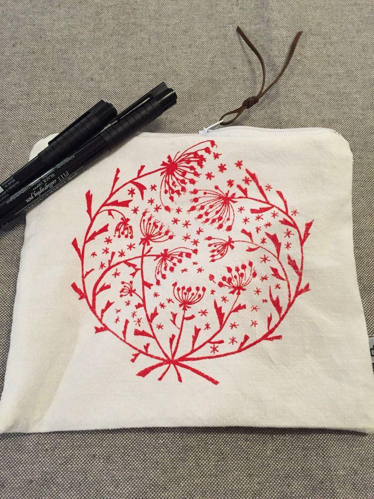 Le chouchou de ma boutique https://www.etsy.com/fr/listing/503262856/pochette-fleurs-rouges