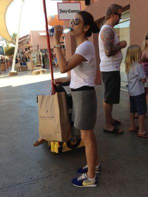 モデル滝沢眞規子さんの美しく華麗な日常 旅スタイル@ラスベガス スニーカーが可愛いです。