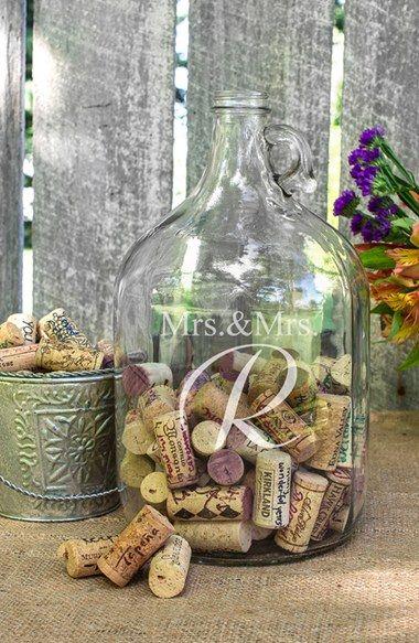 名前入りボトルにみんなの願いを書いたワインのコルクを入れてもらう ぶどうの木 の下で結婚式