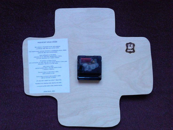 Dřevěné hodiny zezadu-kříž