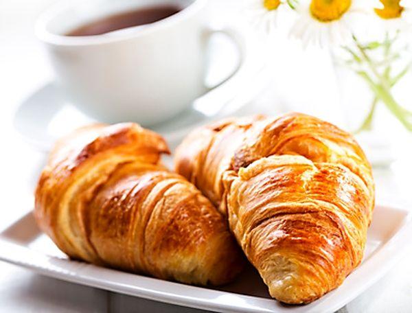 Sladký croissant plněný nutellou