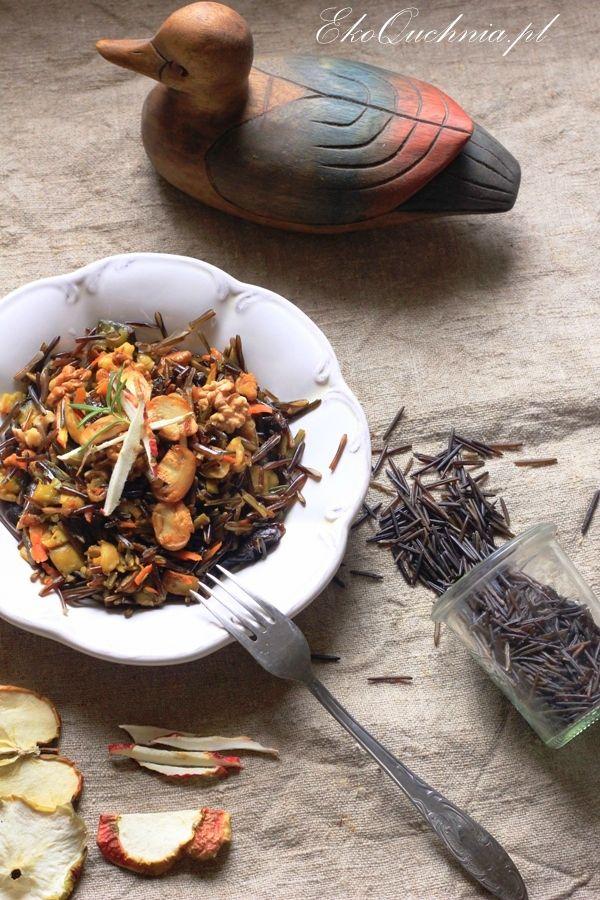 dziki ryż z pieczarkami, orzechami, suszoną śliwką i jabłkami