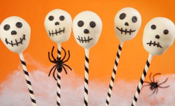 Tra i dolci di Halloween più paurosi e golosi ci sono anche loro, i cake pops a forma di simpatici teschi! Una ricetta semplice e velocissima, perfetta anche per chi non è un cuocco provetto: con questi teschi farete spaventare tutti i vostri ospiti! Preparazione: Sbriciolate in una ciotola il pan di spagna (potete creare il  … Continued