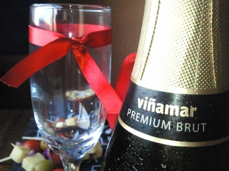Vino Espumante Viñamar Premium Brut con 2 copas flauta.  www.box.echef.cl