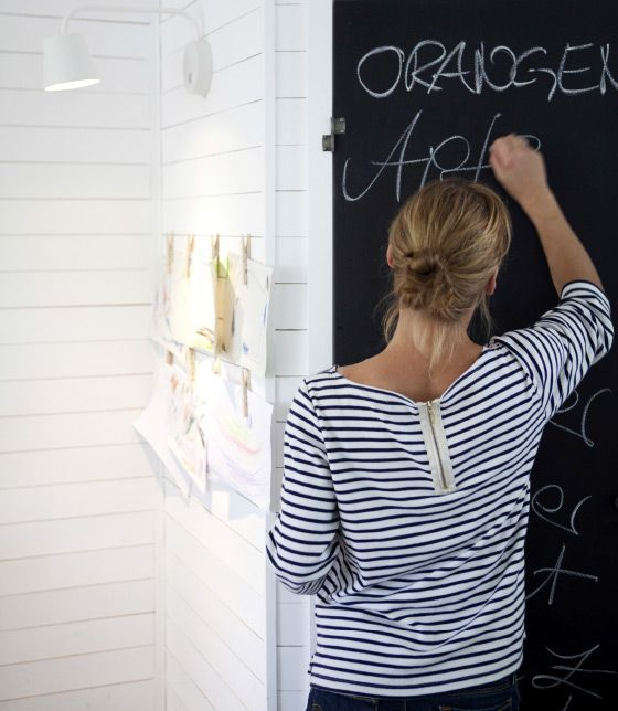 Um quadro de ardósia na porta da despensa é o lugar perfeito para escrever receitas e a lista de compras