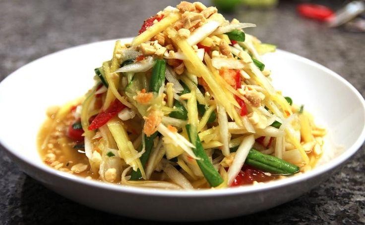 46 - Som Tam (Tailandia) Questa piccantissima e agliata insalata a base di papaya verde acerba è preparata con gamberetti essiccati, pomodori e fagiolini e condita con succo di tamarindo, salsa di pesce e  lime e viene in genere servita  accompagnata da riso glutinoso