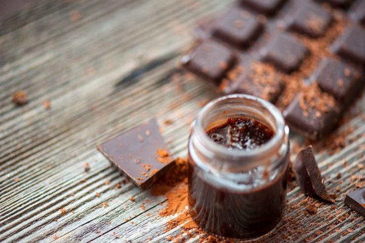 Czekoladowy peeling do ust Potrzebujesz: 1 łyżkę brązowego cukru 1 łyżkę oliwy z oliwek 1 łyżkę kakao 1 łyżeczkę miodu Użyta do przygotowania oliwa z oliwek i miód rozmiękczą, a dodatkowo odżywią delikatną skórę ust. Wszystkie składniki wymieszaj ze sobą. Taki peeling możesz przechowywać do 6 miesięcy poza lodówką. Porada: Jeśli peeling jest zbyt suchy – dodaj więcej oliwy. Jeśli jest zbyt wilgotny – dodaj więcej cukru i kakao.