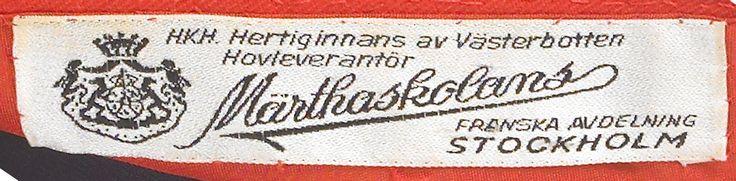 MÄRTHASKOLAN, Stockholm, aftonklänning, 1970-tal, signalröd tunn crèpe, etikettmärkt H.K.H Hertiginnans av Västerbotten Hovleverantör Märthaskolans Franska avdelning Stockholm