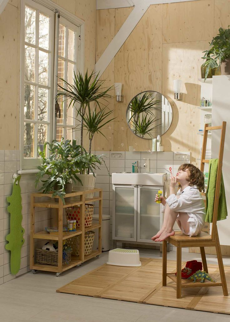 Maak je badkamer helemaal af met bamboe. De RÅGRUND stoel is gemaakt van duurzaam bamboe en gaat dankzij dit slijtvaste natuurmateriaal lang mee.