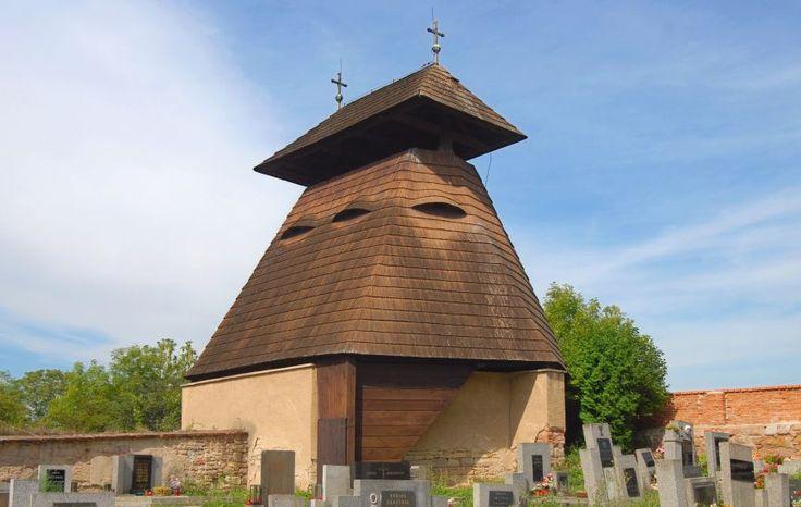Kvílice, Čechy, got. zvonice z 16. st., přestavěná v r. 1663, zvon z r. 1613.
