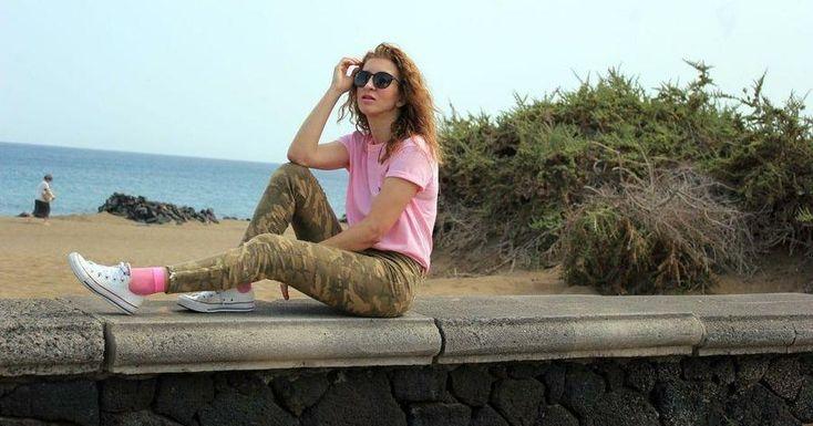 Da un toque femenino al estampado de camuflaje con prendas rosa