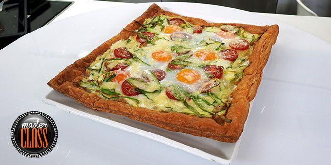 Τάρτα σφολιάτας με τομάτες, κολοκυθάκια και αυγά