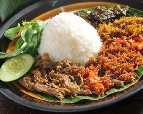Meskipun sama umumnya dengan nasi bungkus di Nusantara, hanya saja untuk nasi krawu terdapat sajian yang spesial yaitu tambahan serundeng yang berbeda-beda menambah citarasa ketika menyantapnya. Penyajian nasi krawu yang unik dengan tambahan ser...