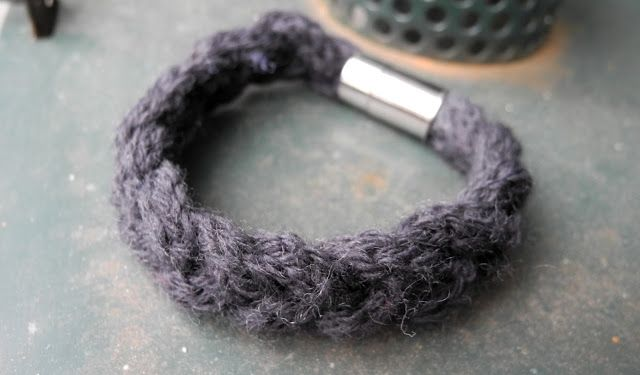 knitted bracelet (description in german) - not sure if i wore this