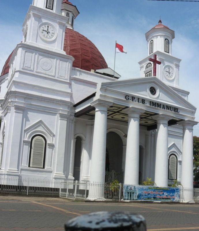 2. Kawasan Kota Lama – Semarang Jalanan di Kota Lama sangat luas dan di pasangi paving blok. Jalan-jalan di sana sangat nyaman sambil menikmati pemandangan dari bangunan kuno seperti gedung pos, gereja blenduk dan masih banyak lagi. Jika lelah berkeliling, Anda bisa juga istirahat di Taman Sri Gunting yang berada di sebelah gereja Belnduk. http://kemanaajaboleeh.com/2015/02/wisata-jalan-kaki-di-indonesia/